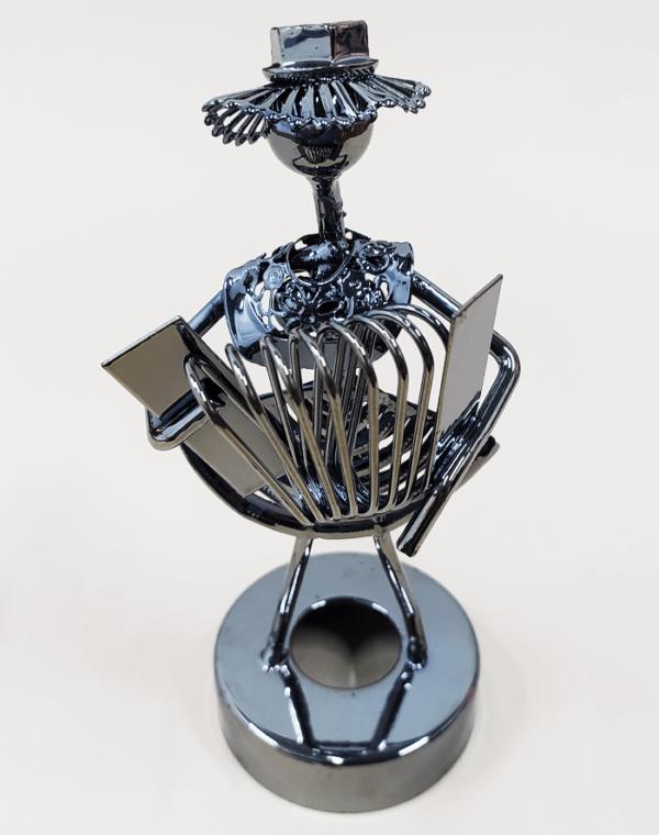 Figura decorativa metálica en forma de músico acordeonero