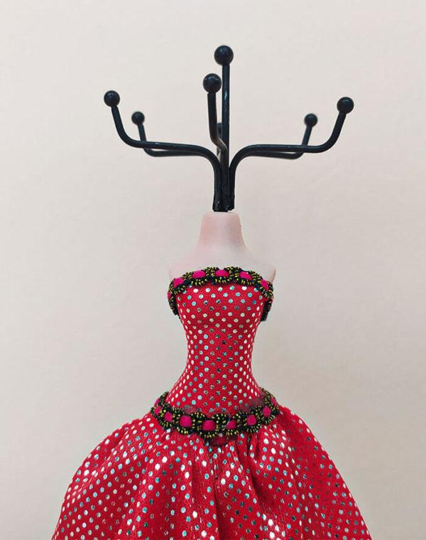 Muñeca para bisutería con vestido rojo